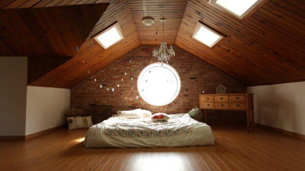 Ciekawa-sypialnia-z-oknami-dachowymi