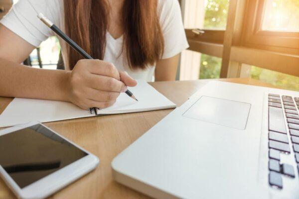 Dziewczyna-odrabia-lekcje-przy-biurku
