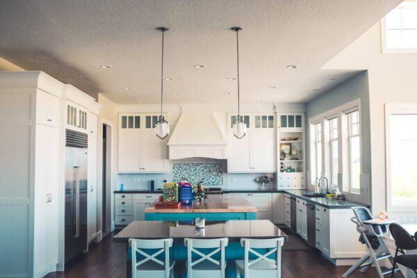 Jasna-kuchnia-z-niebieskimi-elementami