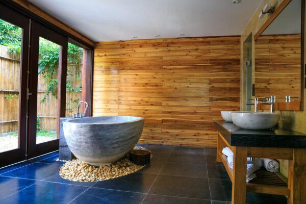 Lazienka-wykonana-w-drewnie-w-nowoczesnym-stylu