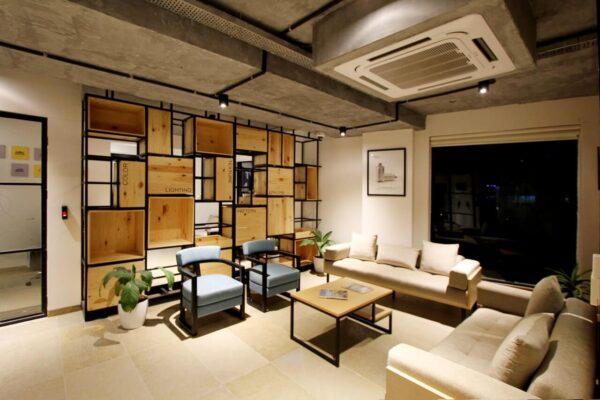 Drewniana-mebloscianka-w-nowoczesnym-salonie