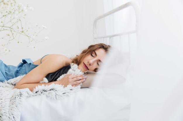 nastolatka leży na łóżku
